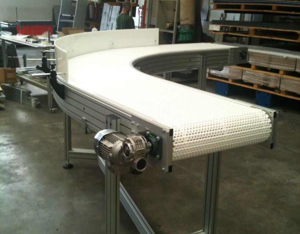 Convoyeur courbe en tapis modulaire pour le transfert de poches BiB